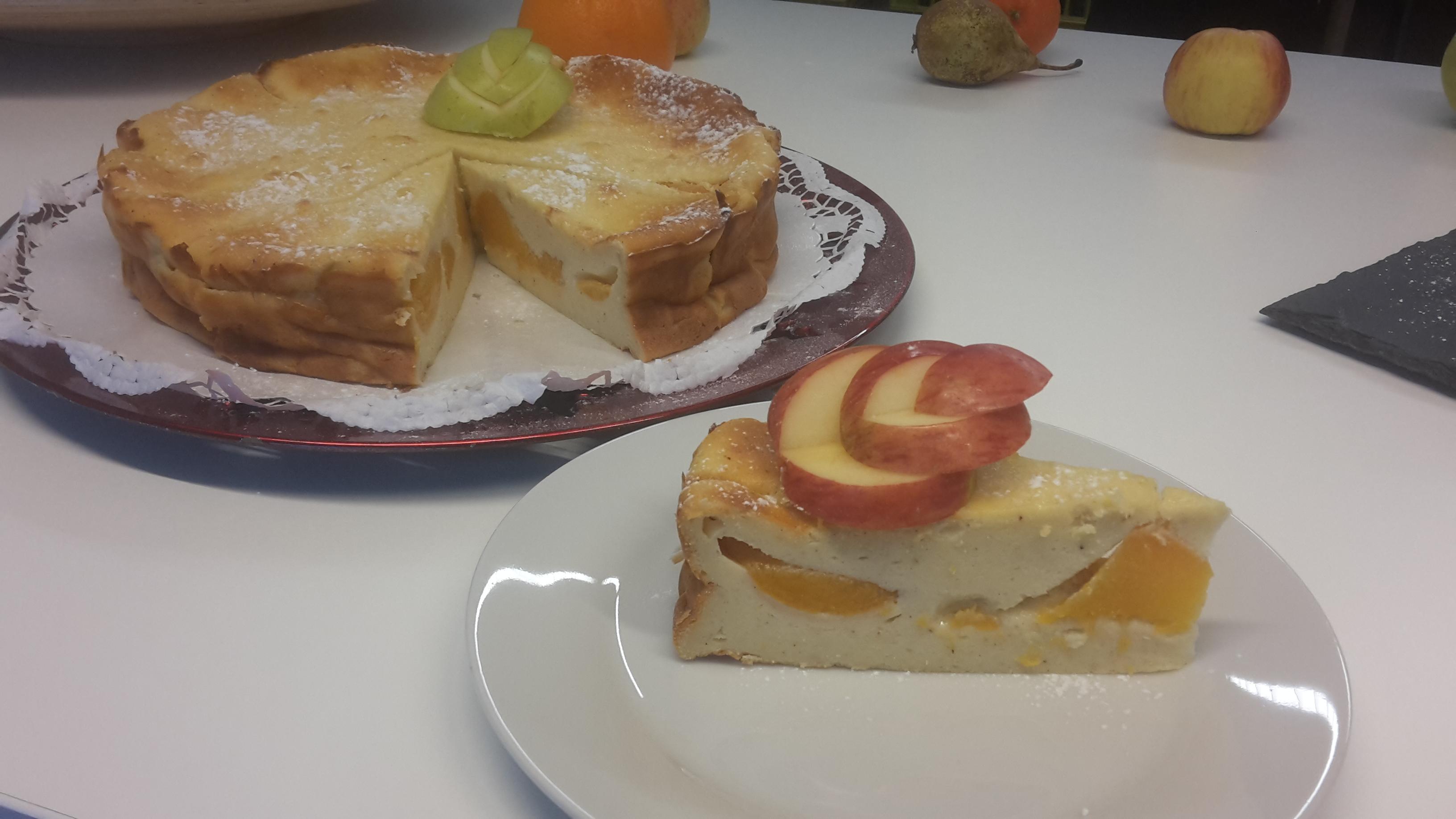 Topfentorte mit Obst und Äpfel